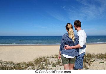debout, regarder, couple, plage, océan