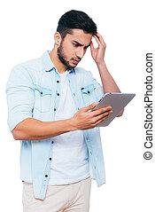 debout, regarder, quel, sien, indien, tablette, fond, jeune, contre, main, cheveux, quoique, that?, tenue, numérique, blanc, frustré, homme