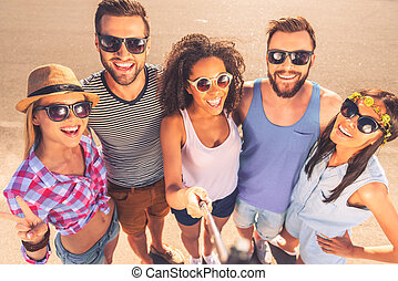 debout, remembering., groupe, gens, moments, selfie, jeune, ...