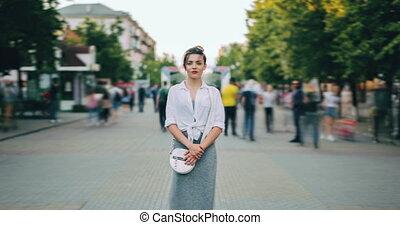debout, rue occupée, défaillance, zoom, femme, temps, sérieux, habillement, désinvolte