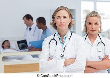 debout, sérieux, femmes, deux, médecins