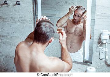 debout, salle bains, sien, athlétique, cheveux, peigner, homme, beau