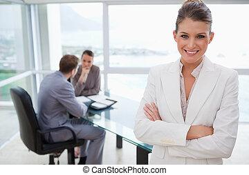 debout, salle conférence, commercialisation, directeur, sourire
