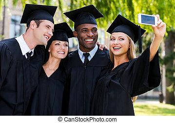 debout, selfie, robes, remise de diplomes, diplômés, quatre, autre, collège, moment., chaque, fin, heureux, capturer, confection