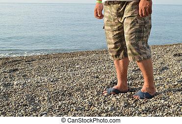 debout, short, hommes, volte-face, caillou, jambes, plage, homme