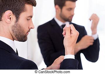 debout, sien, ajustement, jeune, formalwear, confiant, quoique, manches, contre, miroir, homme, sleeves.