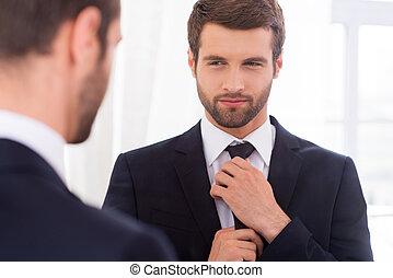 debout, sien, cravate, juste, ajustement, jeune, formalwear, regarder, quoique, perfect., contre, miroir, homme souriant, beau