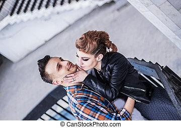 debout, sien, escaliers., baisers, petite amie, type, beau
