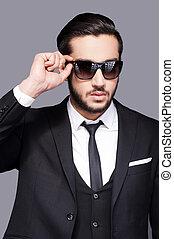 debout, sien, lunettes soleil, juste, ajustement, jeune, formalwear, gris, regarder, quoique, perfect., contre, fond, portrait, beau, homme