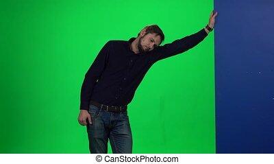 debout, sien, mur, écran, contre, main, arrière-plan., penchant, vert, type