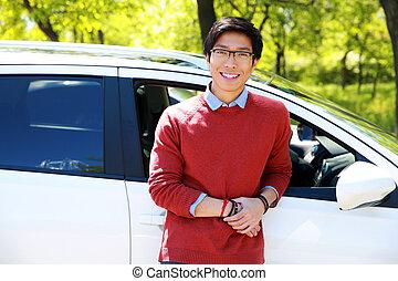 debout, sien, parking, jeune, gai, homme asiatique