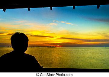 debout, silhouette, homme, coucher soleil, regarder