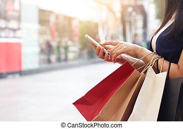debout, smartphone, achats, tenue, quoique, sac, centre ...