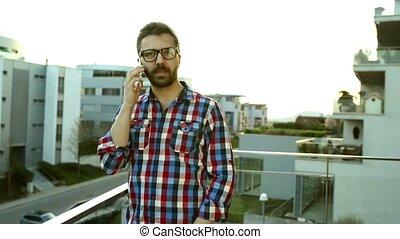 debout, smartphone, confection, appel téléphonique, homme affaires, balcon