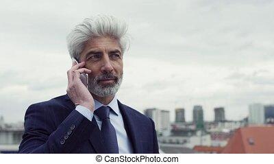 debout, smartphone, téléphone, terrasse, mûrir, homme affaires, confection, call.