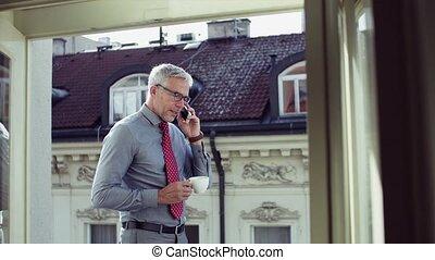 debout, smartphone, ville, téléphone, terrasse, mûrir, homme affaires, confection, call.