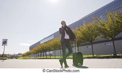 debout, style de vie, sien, business, conversation, élégant, moderne, jeune, sortir, téléphone, quoique, voyageur, valise, aéroport., outdoors., homme, voyage, style