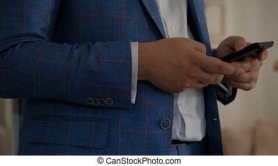 debout, téléphone affaires, quoique, tenue, indoors., homme