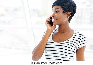 debout, téléphone bureau, femme affaires, cellule, conversation