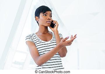 debout, téléphone bureau, femme affaires, cellule, conversation, séduisant