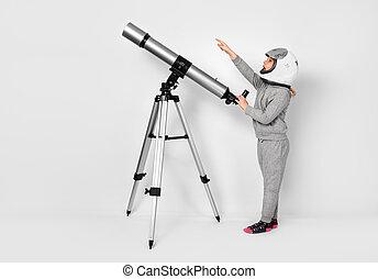 debout, télescope, habillé, à côté de, astronaute, déguisement, enfant, girl, heureux