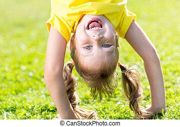 debout, tête, a, bas, vert, enfant, amusement, herbe, heureux