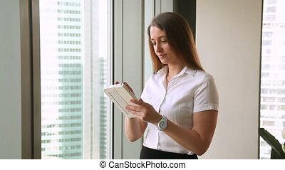 debout, tablette, bureau, femme affaires, jeune, fenêtre, joli, utilisation