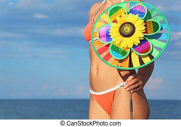 debout, tenue femme, jouet, ciel, bikini, closeup, mer, orange, pinwheel, plage