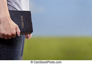 debout, tenue, les, bible, dans, a, champ