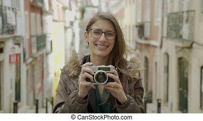 debout, touriste, appareil photo, regarder, quoique, rue, femme, sourire