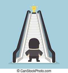 debout, trophée, escalator, pattes, devant, homme affaires