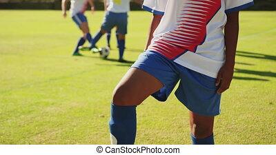 debout, une, football, pied, femme, joueur, ball., 4k