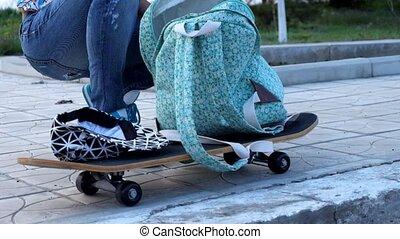 debout, urbain, femme, elle, sac à dos, jeune, recherche, lifestile., par, skateboard., sport