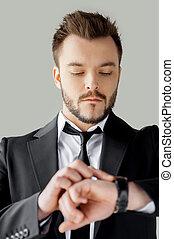 debout, vérification, jeune, formalwear, gris, confiant, quoique, contre, fond, temps, portrait, management., homme