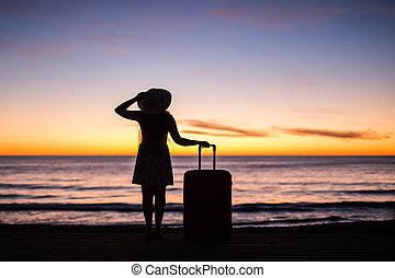 debout, vacances, concept, -, jeune, vacances, femme, coucher soleil, mer, valise, voyage, plage, sablonneux