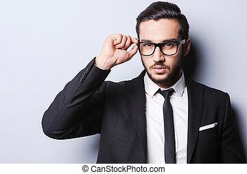 debout, vie, sien, beau, prendre, seriously., jeune, formalwear, gris, quoique, contre, fond, portrait, homme, ajustement, lunettes