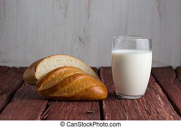 debout, vieux, bois, table verre, lait