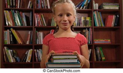 debout, vieux, six, livres, année, fille souriant