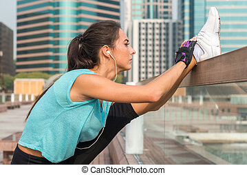 debout, ville, femme, coup, elle, écouteurs,  vertical, fente, étirage, jeune, haut, fonctionnement, rue, musique, exercices, Écoute,  Fitness, jambes, fin, dehors