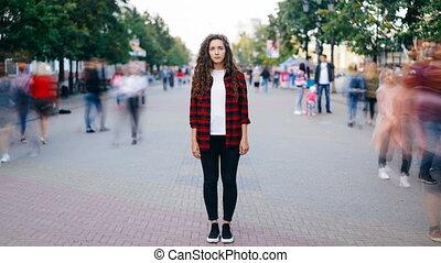 debout, ville, femme, occupé, centre, gens, porter, appareil photo, jeune regarder, quoique, rue, chronocinématographie, séduisant, by., dépassement, habillement, désinvolte, foules