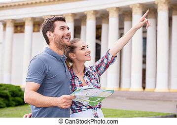 debout, ville, femme, travelers., touriste, pointage, carte, couple, jeune, quoique, beau, tenue, heureux, bâtiment, loin, homme
