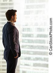 debout, ville, perdu, regarder, bu, sérieux, homme affaires, pensées