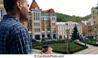 debout, ville, tasse à café, loin, jeune, style., regarder, quoique, rue, usure, tenue, homme, désinvolte, intelligent, beau