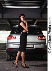 debout, voiture, femme affaires, sérieux, stationnement