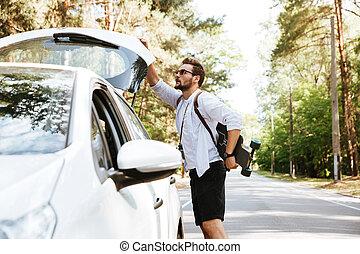 debout, voiture, homme, skateboard, dehors