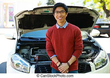 debout, voiture, jeune, capot, asiatique, ouvert, homme