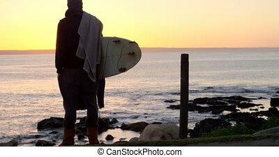 debout, vue, bord mer, arrière, homme, 4k, planche surf, mi-adulte