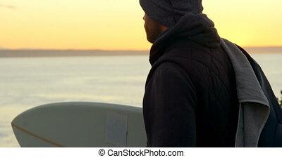 debout, vue côté, bord mer, caucasien, homme, 4k, planche surf, mi-adulte
