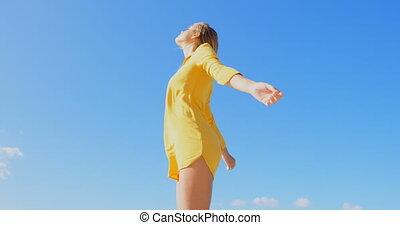 debout, vue, caucasien, bas, armes traversés, plage, femme, jeune, angle, 4k
