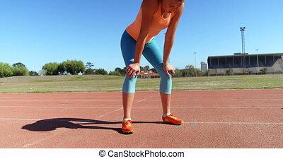 debout, vue, femme, piste, athlète, caucasien, 4k, courant, devant